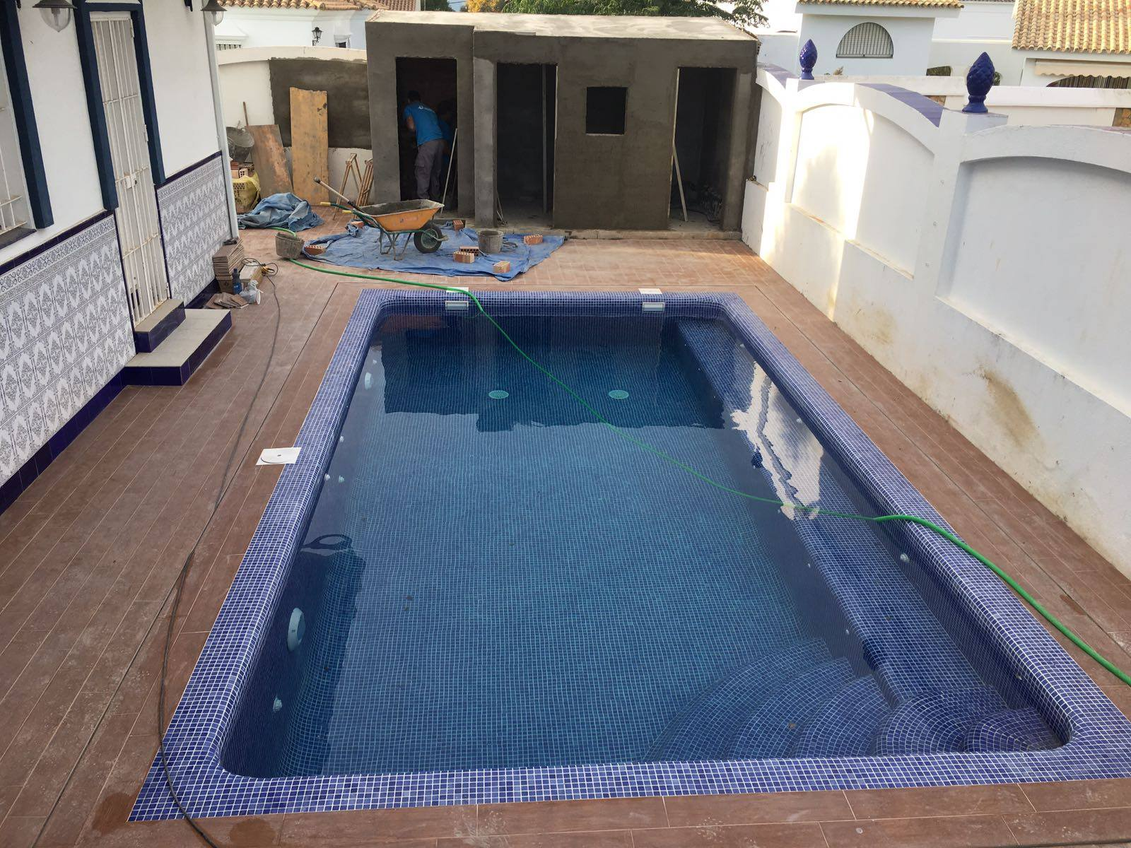Piscina con cubierta telesc pica aqualar piscinas for Piscina con cubierta